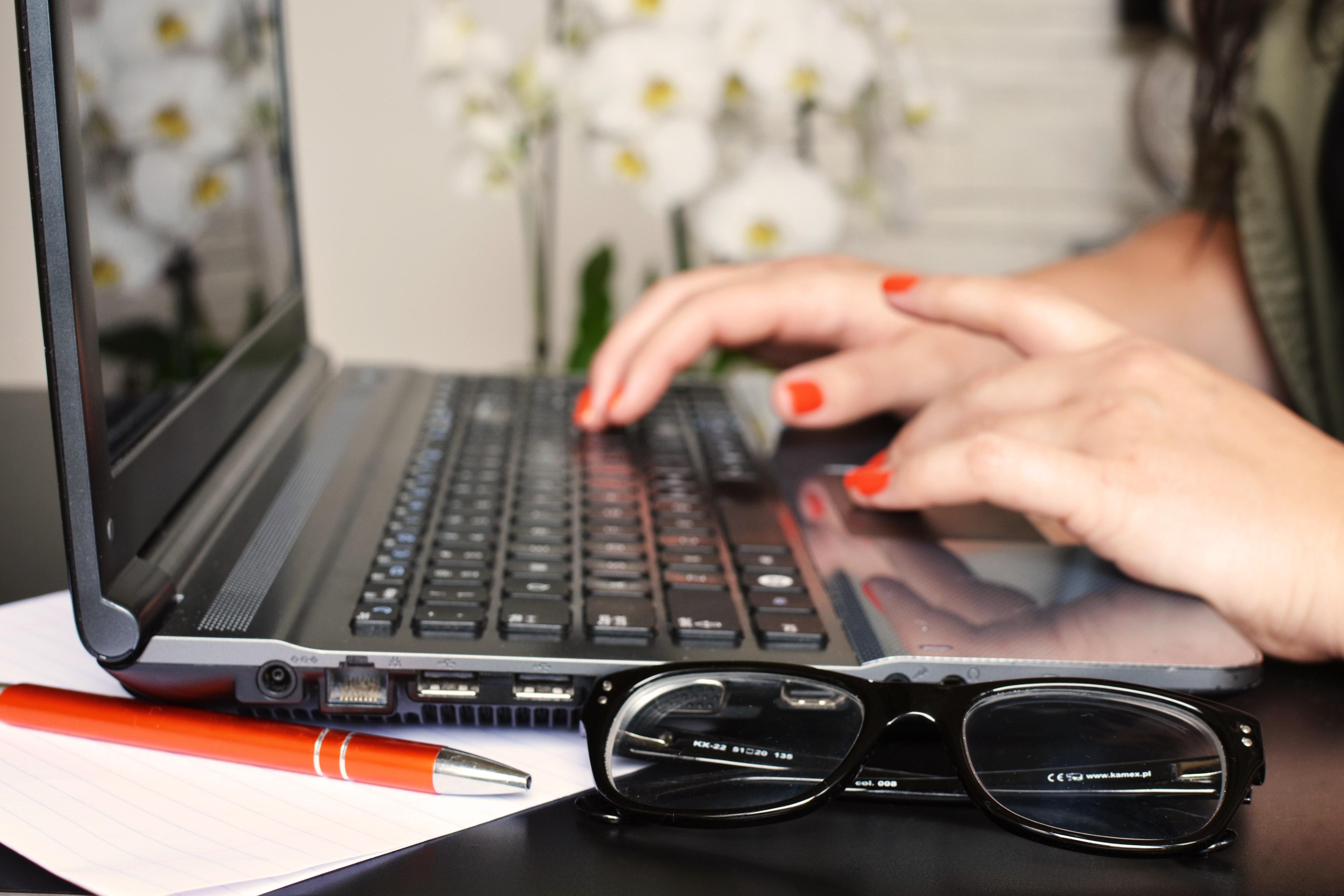 desk-glasses-laptop-3061